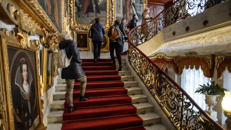 Wnętrza zabytkowego pałacu rodu Zamoyskich pełne są interesujących zakamarków i drobiazgów, które tworzą niepowtarzalny klimat tego miejsca...