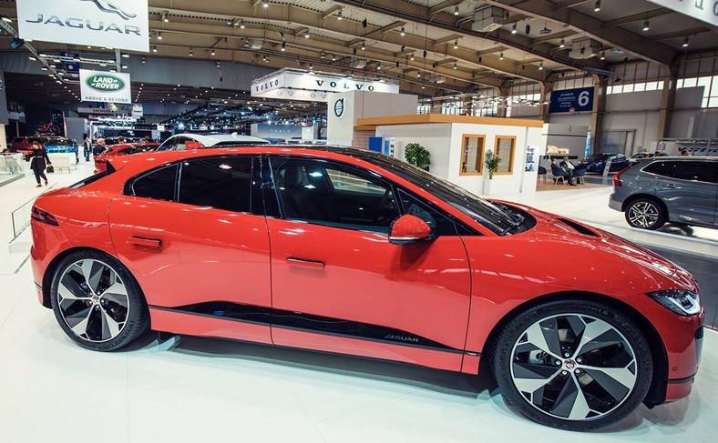 Opływowa sylwetka I-Pace przemyciła na drogi elementy zaczerpnięte z wyczynowego Jaguara C-X75 - za kierownicą tego modelu złoczyńca ścigał Jamesa Bonda w filmie Spectre