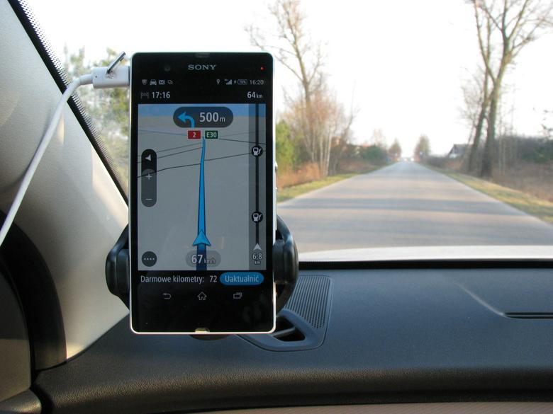 TomTom Go Android. Dostosowany do wyświetlania mapy w trybie pionowym jak i poziomym. Program i mapy za darmo: o ile jeździmy z nawigacją nie więcej niż 75 km miesięcznie.