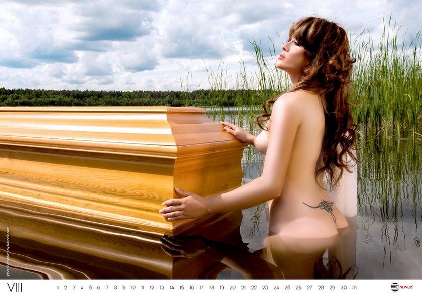 Kalendarz na rok 2014 z modelkami, które pozują na trumnach budzi kontrowersje. Piękne ciała i symbol przemijania... Czy te dwie skrajności mogą iść ze sobą w parze?