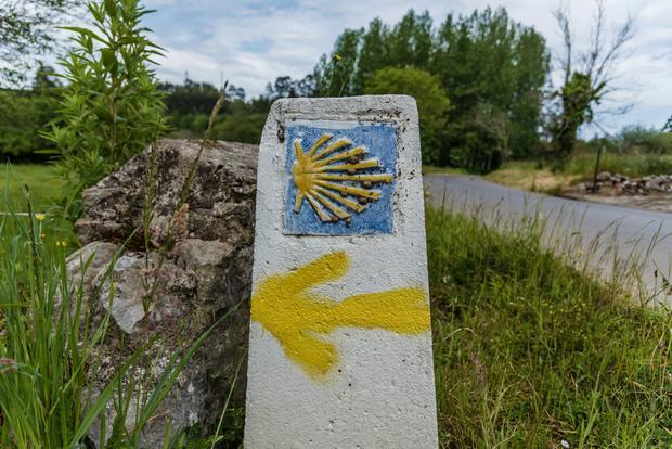 Charakterystyczne znaki Camino de Santiago można spotkać w całej Europie