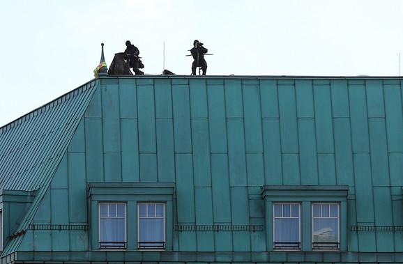Snajperisti na krovovima oko hotela