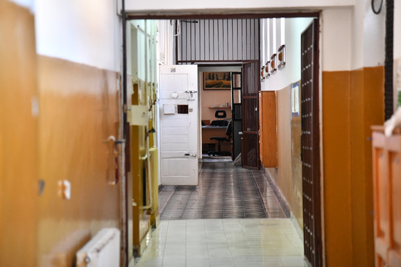 Hodnik gde se nalaze zatvorske sobe za prekršioce samoizolacije