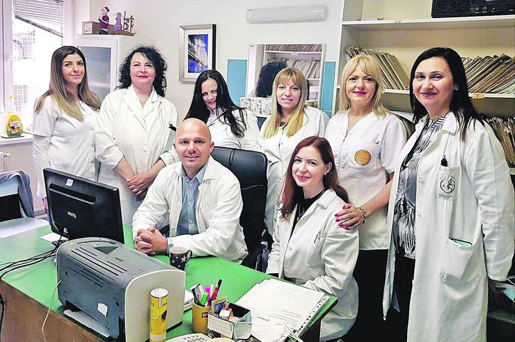 Dr Nikola sa svojim timom