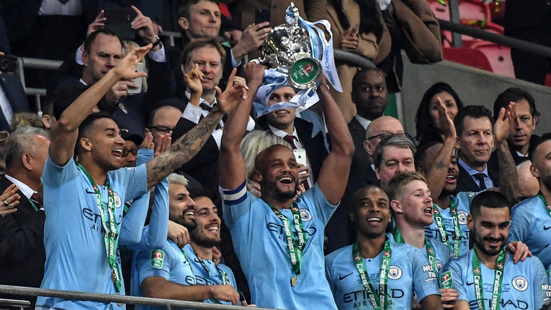 Piłkarze Man City z trofeum