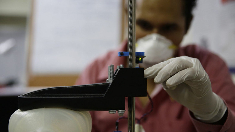 Prace nad respiratorem w jednym w salwadorskich laboratoriów