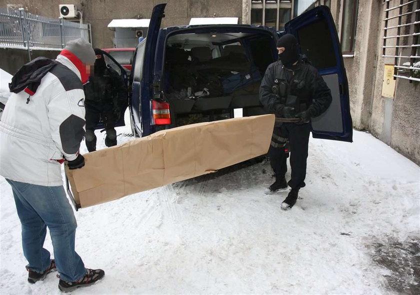 """Policja odzyskała napis """"Arbeit macht frei"""""""