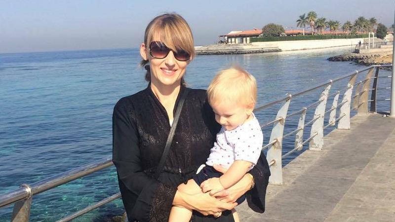 Joanna Krzystek w abai z młodszym synem na nadmorskiej promenadzie w Dżuddzie