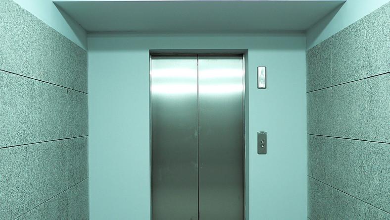 Dwie Polki uwięzione w windzie biurowca w Chicago