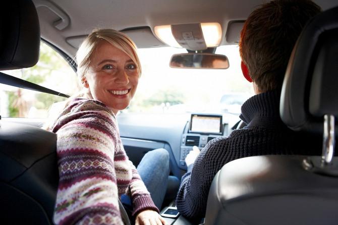 Ko sedi napred u autu - majka ili supruga muškarcima najčešće nije važno