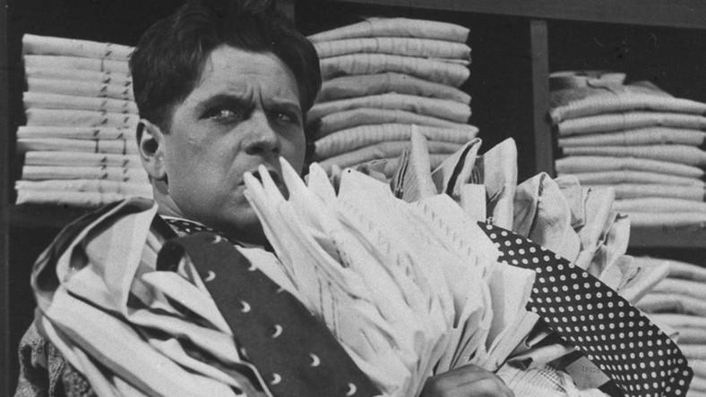 """Eugeniusz Bodo, właśc. Bogdan Eugène Junod (ur. 28 grudnia 1899, zm. 7 października 1943) – polski aktor filmowy, rewiowy i teatralny szwajcarskiego pochodzenia, reżyser, scenarzysta, tancerz, piosenkarz i producent filmowy. Oficjalny życiorys Bodo z PRL urywał się na poczatku wojny w Lwowie, dokąd aktor przeniósł się na początku wojny. Według komunistycznych biografii aktora, miał on zginąć z rąk hitlerowców. O prawdziwych losach Bodo wiedziało niewielu, a wśród nich był Alfred Mirek, który trafił do łagru w Butyrkach jako syn wroga ludu. Mirek w 1990 r. na fali pierestrojki opublikował wspomnienia. Zamieścił w nich relację samego Bodo opisującego aresztowanie i wywóz do łagru: 22 czerwca 1941 roku o godzinie 11.00. do mojego domu weszli funkcjonariusze NKWD, rozkazując, bym natychmiast udał się z nimi do samochodu. Zdążyłem ledwie wziąć ze sobą płaszcz i kapelusz. Sądziłem, że chcą mnie uratować przed inwazją hitlerowską. Zamknęli mnie w garażu siedziby NKWD. Rano zjawili się odmienieni nie do poznania. Poprzedniego dnia uciekali jak zające, teraz syci i różowi na twarzach, przedstawiciele wielkiego państwa radzieckiego. Było ich już czterech. Traktowali mnie jak powietrze. Pojechaliśmy do Moskwy. Tak Bodo trafił do więzienia na Butyrkach - pisze Mirek. Do prawdy o aktorze dotarł też Stanisław Janicki, autor telewizyjnego programu """"W starym kinie"""". W 1972 r. poprosił widzów o informacje na temat przedwojennych aktorów. To wtedy dostał list od siostry ciotecznej Bodo, która napisała, że w 1958 r. Międzynarodowy Czerwony Krzyż poinformował ją o śmierci Bodo w łagrze na terenie ZSRR. Po 1989 roku Janicki postanowił zrobić film o Bodo i ujawnić prawdziwe fakty o śmierci aktora. Udało mu się to w 1997 roku. Według relacji Alfreda Mirka Bodo spędził na Butyrkach dwa lata. Nie był przesłuchiwany. Aby oszukać żołądek, wypijał duże ilości gorącej wody z solą. Nie chciałem mu dawać soli - pisał we wspomnieniach Mirek - ale tak prosił, że nie sposób mu było odmówić. Prawdopo"""