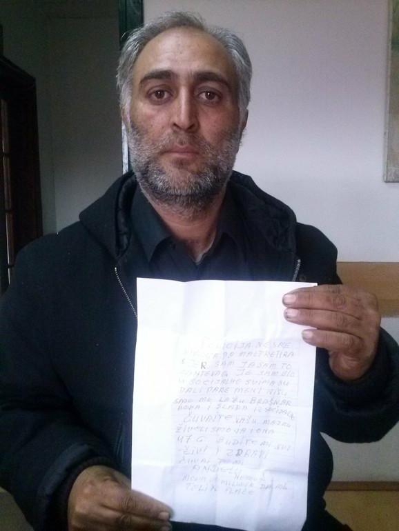 Dejan Mahmutović pokazuje očevo oproštajno pismo