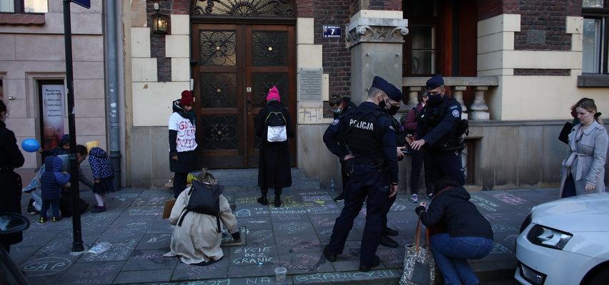 Dzieci pisały kredą przed siedzibą PiS. Interweniowała policja. Co zrobili potem?