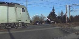 Kierowca utknął na przejeździe. W jego stronę pędził pociąg