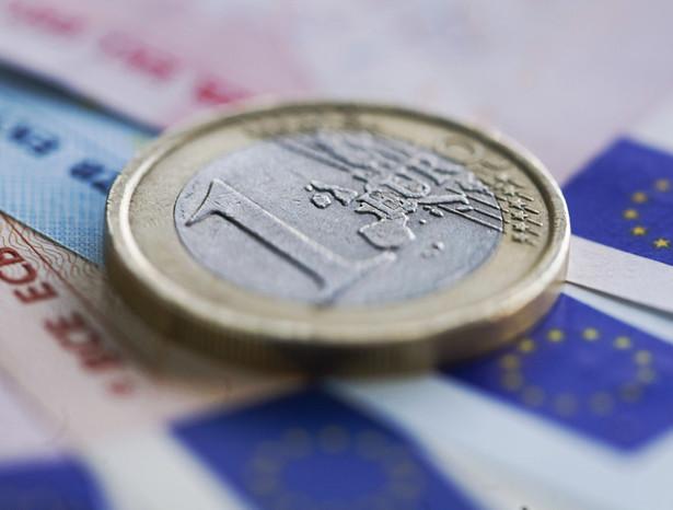 Poczynając od 25 listopada 2009 do chwili obecnej euro straciło 20 proc. swej wartości w stosunku do amerykańskiego dolara.