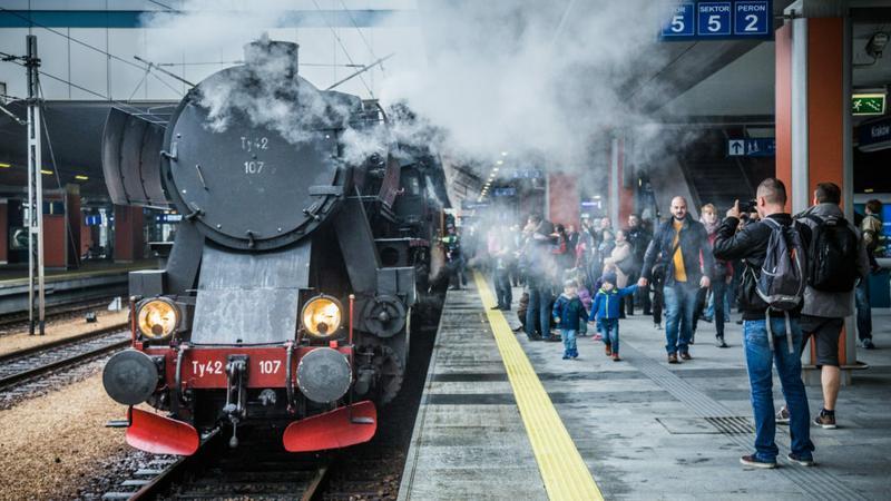 Jeden z pociągów retro zorganizowanych przez Nowosądeckie Stowarzyszenie Miłośników Kolei na stacji Kraków Główny.