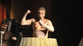Daniel Olbrychski pokazuje klatę i napina mięśnie