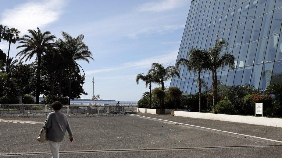 Plac przed pustym Festival Palace, gdzie corocznie odbywa się Cannes Festival - maj 2020 r.