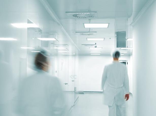 Kwestię udziału małoletnich w eksperymentach medycznych reguluje ustawa o zawodach lekarza i lekarza dentysty