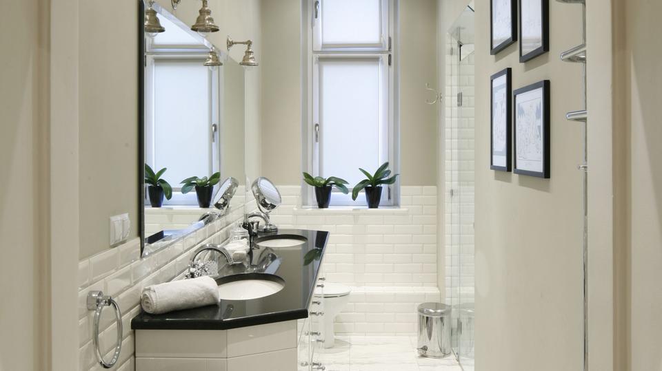1. Wąska łazienka została urządzona stylowo i elegancko.