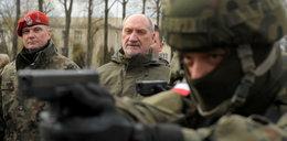 Macierewicz dokonał rzezi wśród oficerów. Ale nic się nie stało?