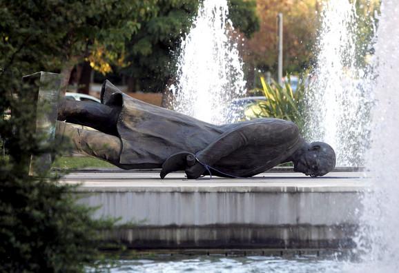 Trumanova statua u Atini oborena je 2006. tokom protesta zbog bombardovanja Libana