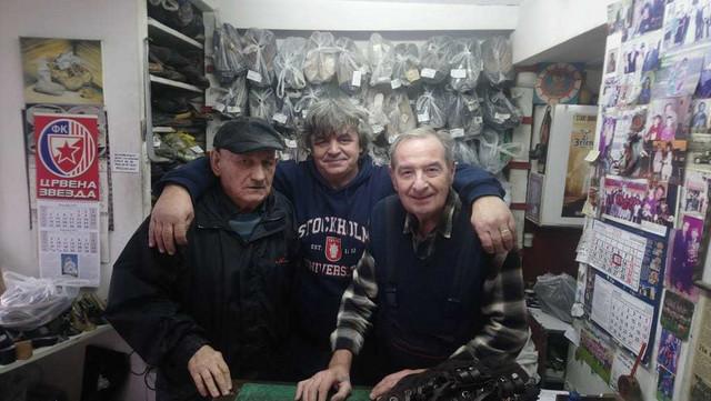 U njegovoj radnji uvek ima priče i smeha: Miroslav Lemić sa prijateljima