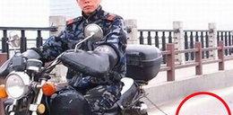 Ciągnie psa za motocyklem