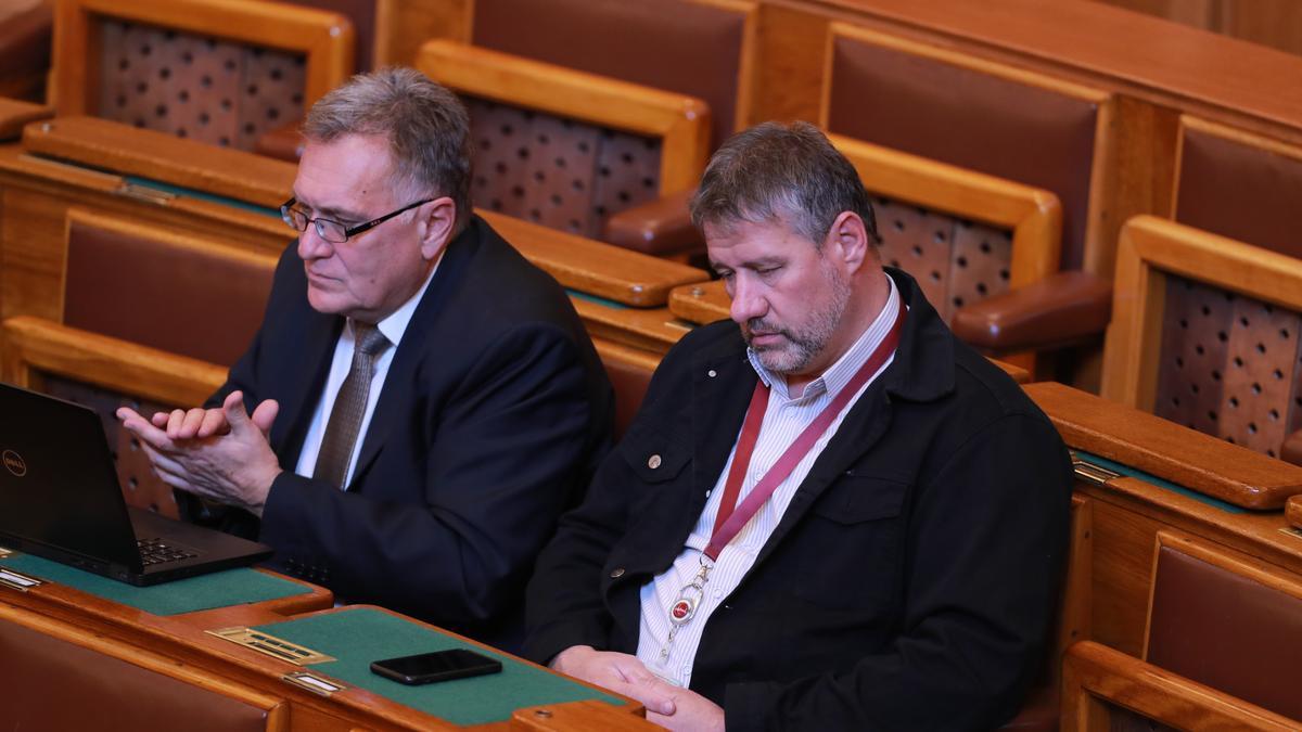 Elárulta a Fidesz, Simonka miért viselkedett furán a parlamentben, majd lépett le hirtelen