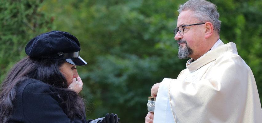 Ewa Krawczyk i Andrzej Kosmala wylewają łzy nad grobem Krzysztofa Krawczyka [ZDJĘCIA]