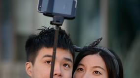 Coraz więcej muzeów na świecie zakazuje używania kijków do robienia selfie