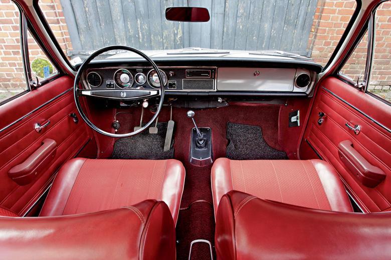 Kokpit auta został przejrzyście zaprojektowany. Srebrnoszara klapka schowka przed pasażerem jest znakiem rozpoznawczym egzemplarzy z początku produkcji. W samochodzie zastosowano cienką, wręcz filigranową kierownicę.