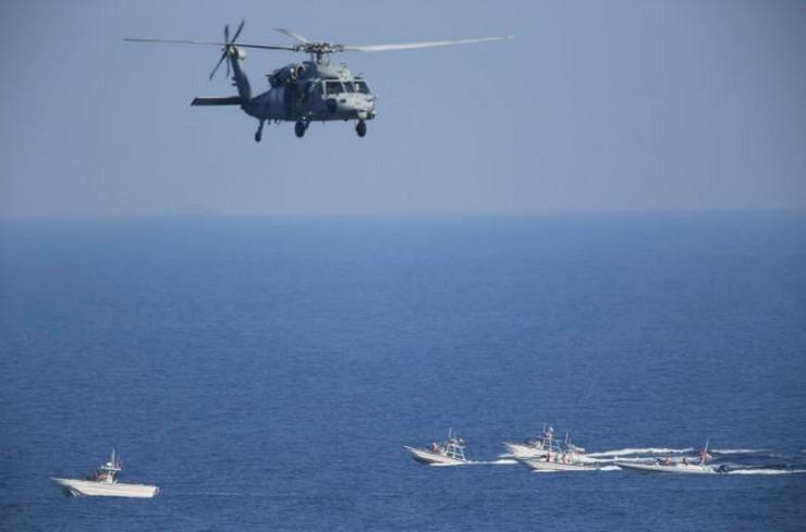 Američki helikopter nadleće iranske čamce ap