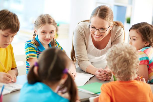 Zajęcia językowe są prowadzone w ramach pensum przewidzianego na realizację podstawy programowej.