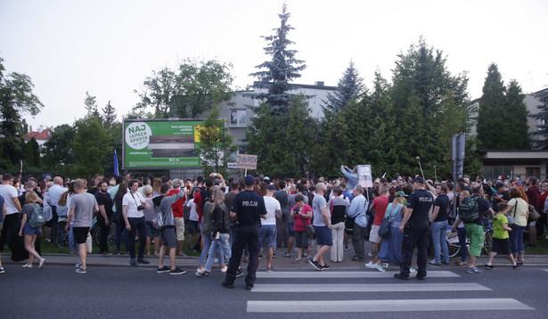 Protest pod hasłem 'Wolne sądy' zorganizowany przed domem prezesa PiS