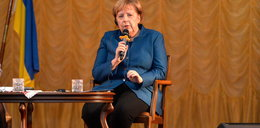 """Tak """"powitają"""" Merkel w Polsce. To przypomina bramę Auschwitz"""