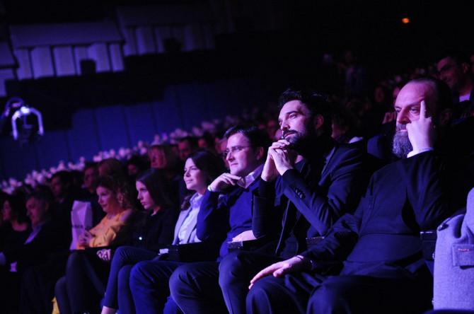 Ivan Bosiljčić u prvom redu na koncertu: pored njega je generalni sekretar predsednika Republike Aleksandra Vučića Nikola Selaković