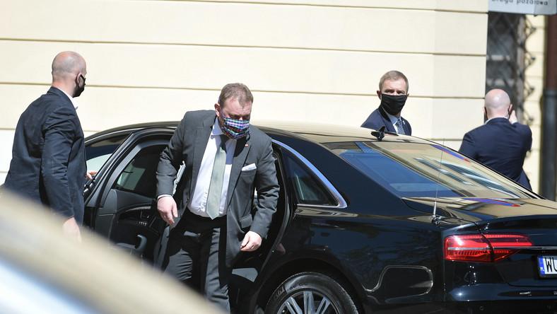 Minister zdrowia Łukasz Szumowski przed budynkiem