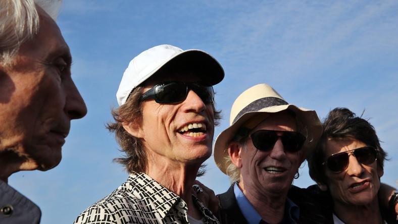 Mick Jagger krótko powitał Kubańczyków po hiszpańsku, podkreślając, że jest szczęśliwy, mogąc gościć na ich wyspie. Koncert Stonesów odbędzie się trzy dni po historycznej wizycie w Hawanie Baracka Obamy, który mówił o pogrzebaniu ostatnich pozostałości zimnej wojny w Amerykach. Była to pierwsza wizyta prezydenta USA na Kubie od 88 lat. – Obama był naszym supportem. Rozgrzał publiczność, a teraz na scenę wchodzi główna gwiazda wieczoru –żartował wcześniej menedżer zespołu Dale Skjerseth.