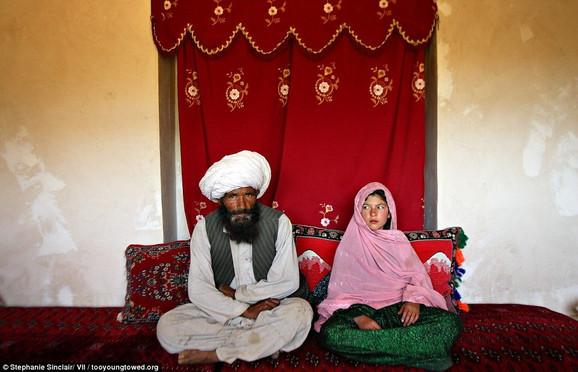 Zastrašujuće: Faiz (40) i Gulam (11) sede u njenoj kući uoči venčanja u selu Damarda (Avganistan), 11. septembra 2005. (FOTO:Stephanie Sinclair/tooyoungtowed.org)