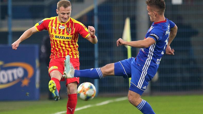 Zawodnik Piasta Gliwice Sebastian Milewski (P) i Daniel Dziwniel (L) z Korony Kielce podczas meczu 13. kolejki piłkarskiej Ekstraklasy