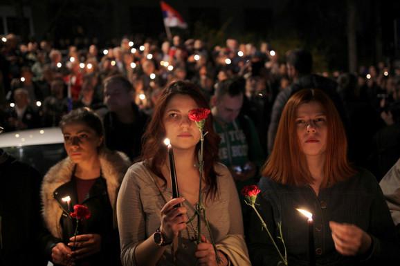 Organizatori su učesnicima podelili sveće i cveće