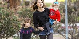 Jessica Alba na rodzinnym spacerze