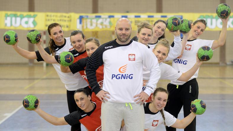 Trener reprezentacji Polski piłkarek ręcznych Kim Rasmussen (C) pozuje do zdjęcia ze swoimi zawodniczkami podczas treningu drużyny na zgrupowaniu w Pruszkowie