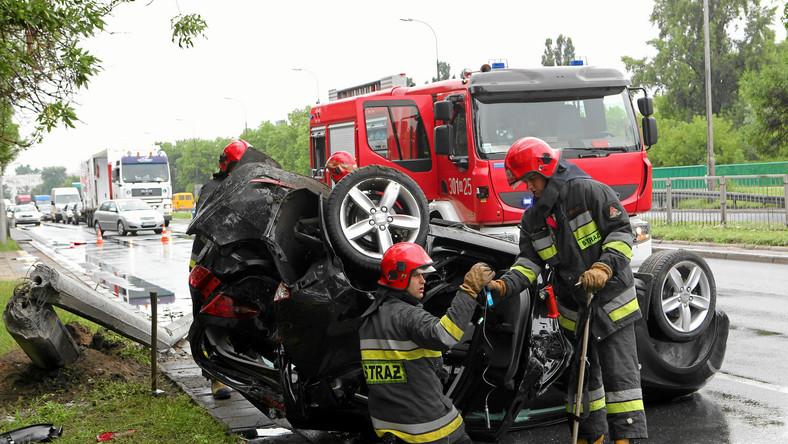 """""""Przygotowując się do drogi nie zakładamy, że w trakcie jazdy przydarzy nam się coś złego. Bagatelizujemy zagrożenia i zapominamy o zapięciu pasów, a bagaż układamy tak, by mieć go pod ręką. Konsekwencje bywają tragiczne. W 2012 roku, na 37 046 wypadków 2 934 skończyło się wywróceniem pojazdu. W ich wyniku zginęło 225 osób, a 3737 zostało rannych"""" - mówi Radosław Jaskulski, instruktor Szkoły Auto Skoda"""
