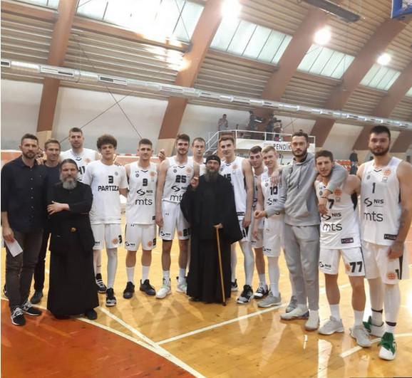 Košarkaši Partizana sa ocem Gerasimom