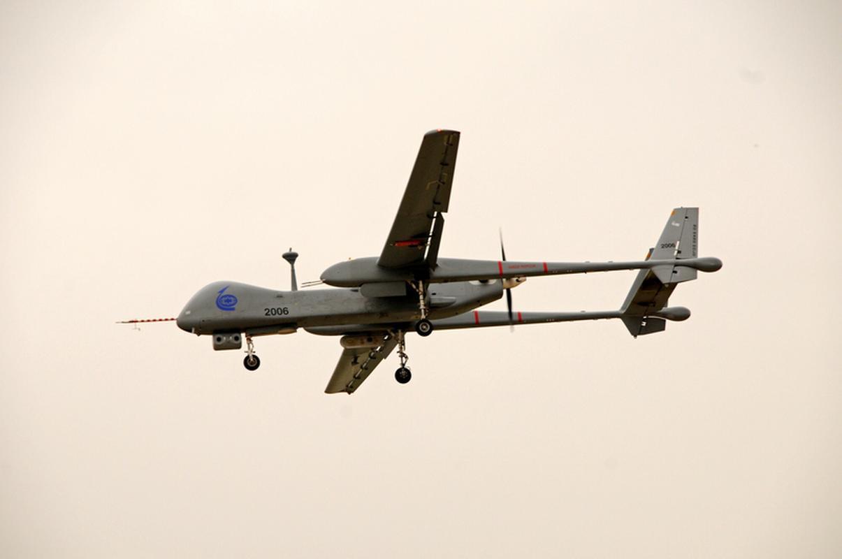 Dron wielkości Boeinga 737 stworzony przez izraelską firmę Heron TP. Może przebywać w powietrzu przez 20 godzin, jest przeznaczony do obserwacji