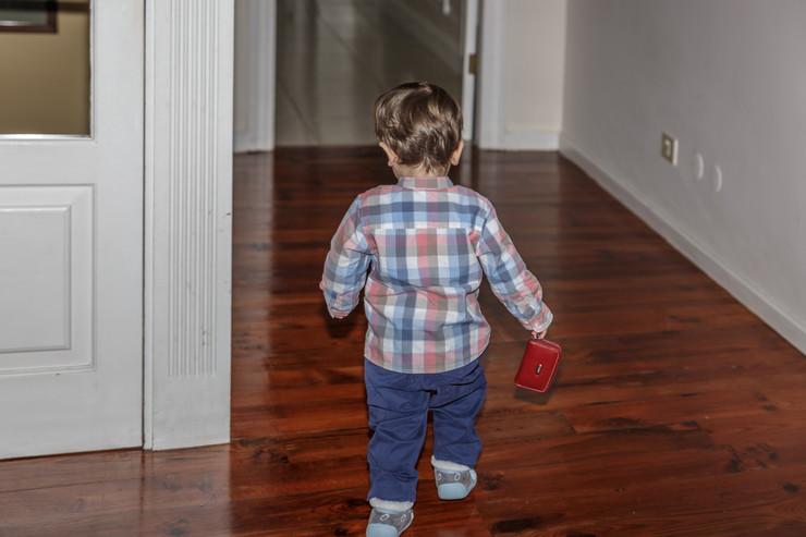 dete trči kroz stan kazna