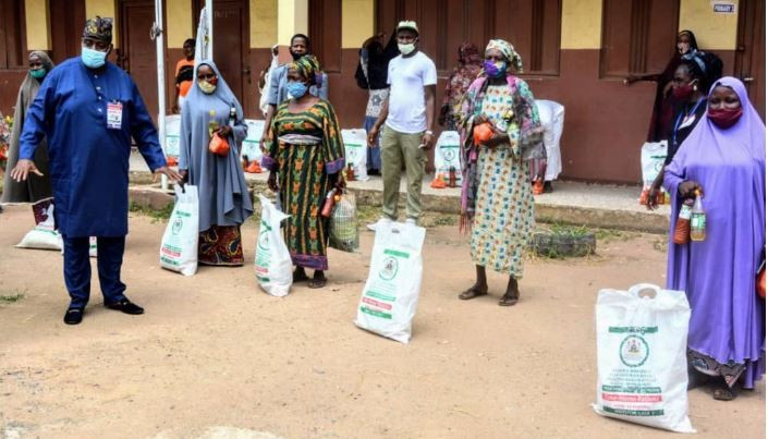 Lagos SUBEB Chairman, Mr Wahab Alawiye-King and parents of pupils who bebefitted from the palliatives (Lagos Govt)