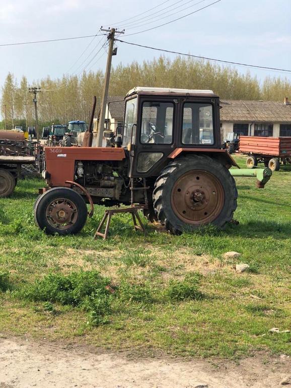 Stari traktor na prodaju